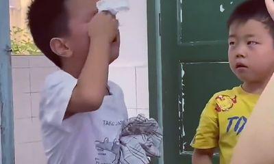 Hai cậu bé đánh nhau bị cô giáo gọi lên phê bình, cái kết