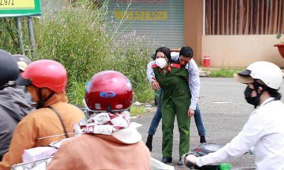 Xúc động hình ảnh nữ sinh trường cảnh sát cõng người đàn ông gặp tai nạn