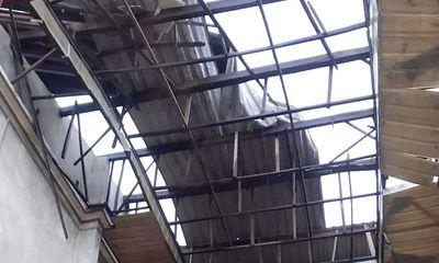 45 ngôi nhà ở Quảng Ngãi bị tốc mái, người dân tháo chạy trong đêm