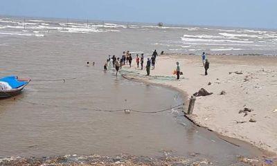 Vụ 3 học sinh bị sóng cuốn ở Nam Định: Tìm thấy thi thể 1 nạn nhân