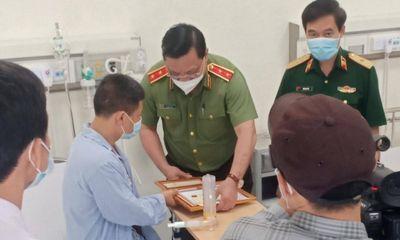 Giám đốc Công an Hà Nội thăm hỏi, trao bằng khen cho tài xế taxi dũng cảm bắt cướp