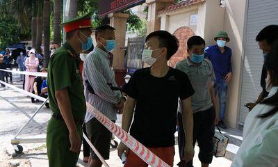 Hà Nội: Dừng lấy mẫu xét nghiệm COVID-19 sau cảnh người dân chen lấn xếp hàng