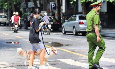 Hà Nội: Dắt chó đi dạo, cô gái bị phạt 2 triệu đồng
