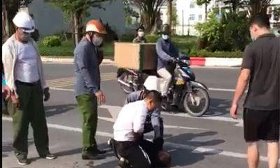 Xác minh clip người mặc quần giống cảnh phục đứng nhìn tài xế vật lộn với tên cướp