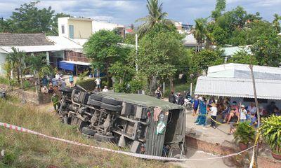 Hiện trường vụ xe biển đỏ lao xuống vệ đường, 2 người tử vong