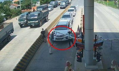 Tin trong nước - Vụ clip tài xế táo tợn bẻ barie, lái ô tô ngược chiều qua trạm thu phí BOT: Hình ảnh camera tiết lộ sốc