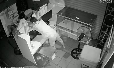 Video: Kẻ trộm đeo khẩu trang vét sạch đồ trong quán cà phê ở TP.HCM gây phẫn nộ