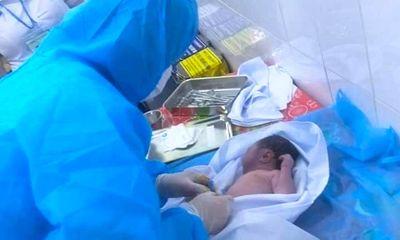 Bé sơ sinh còn nguyên dây rốn bị bỏ rơi trong thùng bìa carton, toàn thân tím tái