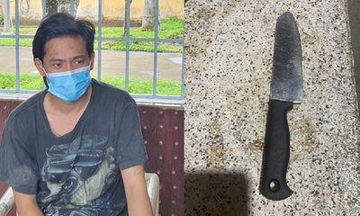 Bị bắt quả tang trèo rào vào nhà bạn gái trong khu phong tỏa, nam thanh niên dùng dao chém công an