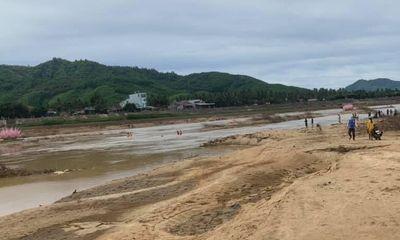 Bắt cá trên sông, 2 cha con bị lưới quấn vào chân, đuối nước tử vong