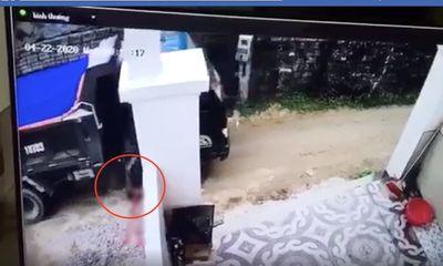 Tai nạn thương tâm: Bố lùi xe tải vô tình cán chết con trai 2 tuổi