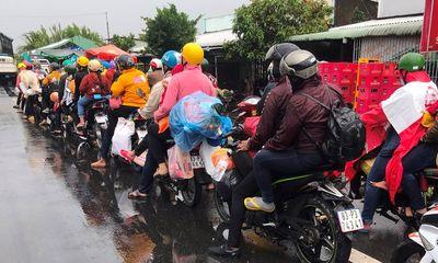 Hàng trăm người dân chạy xe máy về quê, CSGT Sóc Trăng cử lực lượng dẫn đường