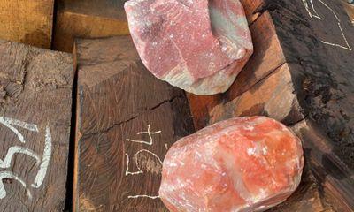 Chiếc xe container bí ẩn chứa đá quý và gỗ trị giá gần 30 tỷ đồng ở Quảng Trị