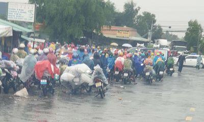 Hàng trăm người đi xe máy về quê tránh dịch COVID-19 bị mắc kẹt ở Long An