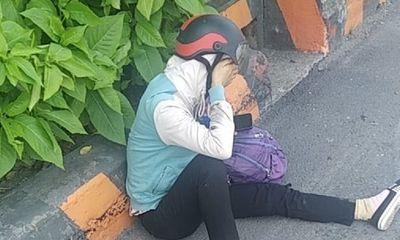 Xót xa cảnh chồng bị container cán tử vong, vợ đau đớn ngồi khóc bên đường