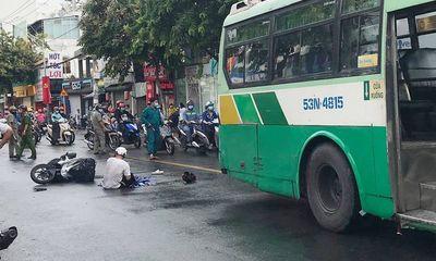 Xót xa cảnh người cha hoảng loạn ôm thi thể con gái gào khóc giữa đường sau tai nạn