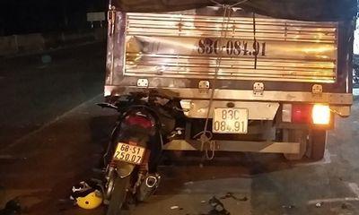Xe máy dính chặt đuôi ô tô tải, thanh niên tử vong, cô gái bị thương nặng