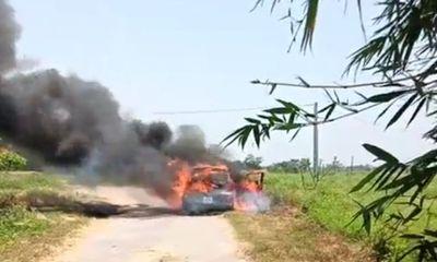 Ô tô 4 chỗ đang lưu thông bỗng nhiên bốc cháy dữ dội trên đường làng
