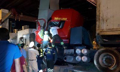 Tin tức tai nạn giao thông ngày 30/5/2021: container tông vào trạm thu phí, tài xế kẹt cứng trong cabin