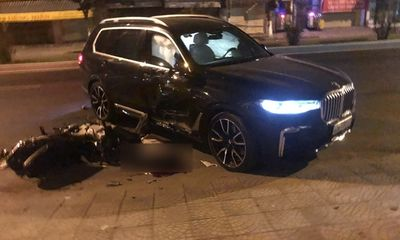 Lùi từ trong nhà ra đường, BMW X7 tông chết nam thanh niên giữa đêm khuya