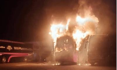 4 xe khách giường nằm bỗng nhiên bốc cháy dữ dội trong đêm tại bến xe