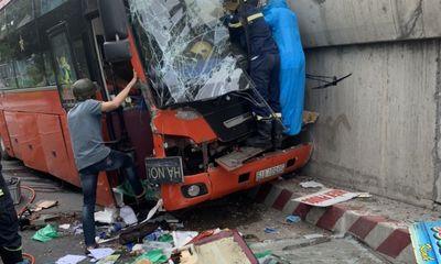 Tin tức tai nạn giao thông ngày 7/7: Đầu xe khách biến dạng sau cú đâm mạnh, tài xế mắc kẹt trong cabin