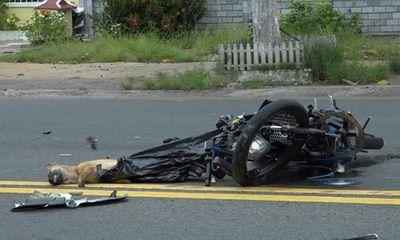 Tin tức tai nạn giao thông ngày 22/7/2021: 2 thanh niên nghi trộm chó tông trực diện xe tải, nằm bất động