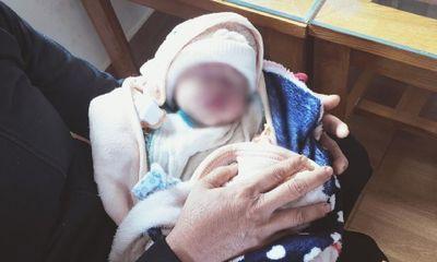 Bé gái sơ sinh bị bỏ rơi trước cổng trường trong đêm mưa: Camera thu hình ảnh gì?