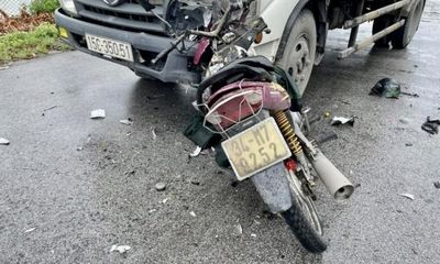 Tin tức tai nạn giao thông ngày 25/7/2021: Xe máy cắm chặt vào đầu ô tô tải, 1 người chết
