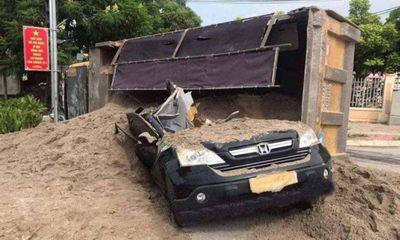 Tin tức tai nạn giao thông ngày 27/7: Xe tải lật đè ô tô con, tài xế hốt hoảng vạch cát chui ra