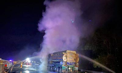 Xe đầu kéo bốc cháy dữ dội trên cao tốc, tài xế hốt hoảng bung cửa tháo chạy