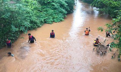 Bé trai 4 tuổi bị nước cuốn trôi, hàng trăm người tìm kiếm suốt đêm