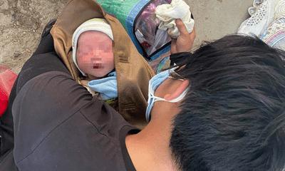 Vợ chồng trẻ ôm con mới sinh 9 ngày tuổi vượt gần 1.000 km bằng xe máy về quê