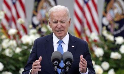 Mỹ tuyên bố thắng lớn COVID-19, ông Biden cởi khẩu trang ngay chốn đông người