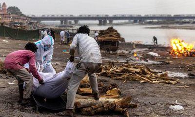 Ấn Độ lại ghi nhận hơn 4.000 ca tử vong trong ngày, chính phủ lần đầu thừa nhận thi thể thả sông