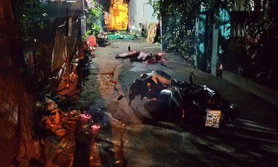 Bình Dương: Xe máy kẹp 3 ôm cua mất lái lao vào tường khiến 2 người tử vong tại chỗ