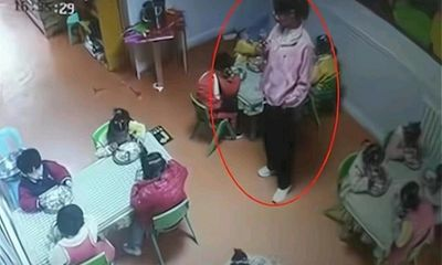 Cô giáo mải xem điện thoại, bé gái mầm non tử vong vì nghẹn trong lúc dùng bữa ở trường