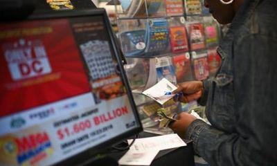 Chủ cửa hàng tiện lợi nhặt được tờ vé số khách vứt bỏ trúng 1 triệu USD và cái kết