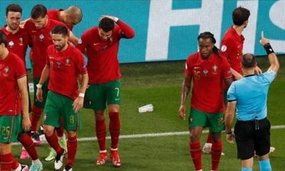 EURO 2020: Lập cú đúp penalty, Ronaldo bị CĐV quá khích ném thẳng chai coca vào mặt