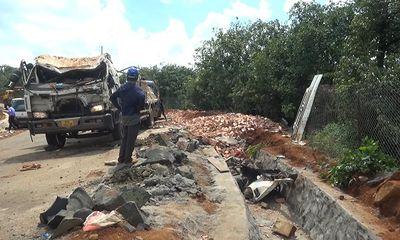 Bình Phước: Xe tải chở gạch mất lái đổ lật xuống mương, 2 người tử vong tại chỗ