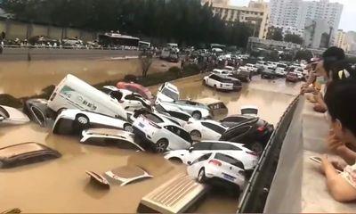Thành phố ở Trung Quốc như bị nhấn chìm bởi trận mưa