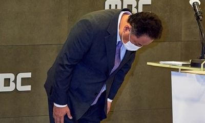 Chủ tịch đài truyền hình Hàn Quốc cúi đầu xin lỗi vì dùng ảnh phản cảm mô tả các nước tham dự Olympic