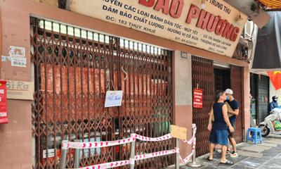 Cửa hàng bánh Bảo Phương bị đóng cửa vì để khách chen chúc xếp hàng