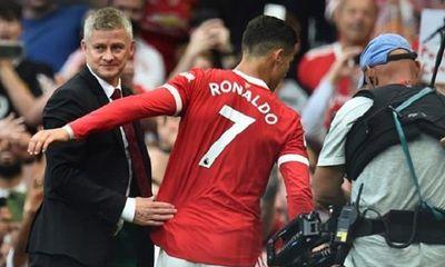 HLV Solskjaer tức giận khi liên tục bị chỉ trích việc để Ronaldo dự bị