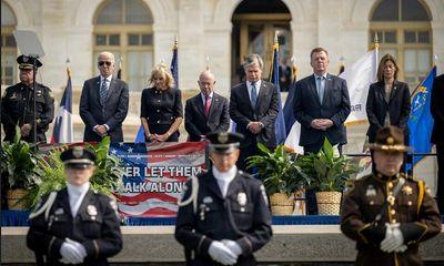 Bộ trưởng An ninh Nội địa Mỹ mắc COVID-19, từng không đeo khẩu trang đứng cạnh vợ chồng ông Biden