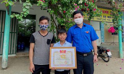 Quảng Bình: Khen thưởng bé trai 12 tuổi cứu sống thanh niên đuối nước