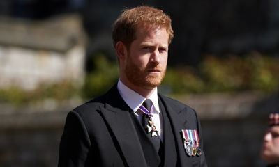 Hoàng tử Harry tiếp tục gây tranh cãi khi chỉ trích cách dạy con của cha