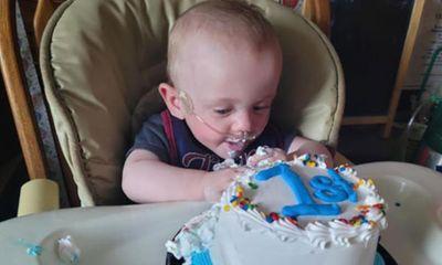 Bé trai sinh non nhất thế giới rạng rỡ trong sinh nhật đầu tiên