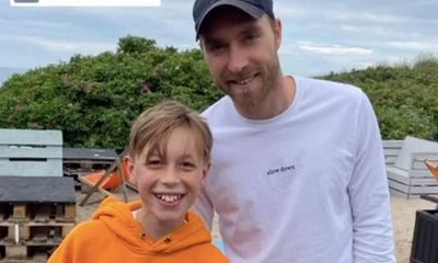 Thể thao - Ngôi sao tuyển Đan Mạch Eriksen lần đầu xuất hiện trước công chúng sau khi rời bệnh viện