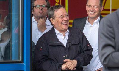 Ứng viên thủ tướng Đức kế nhiệm bà Merkel xin lỗi vì bức ảnh cười đùa khi đi thăm vùng lũ
